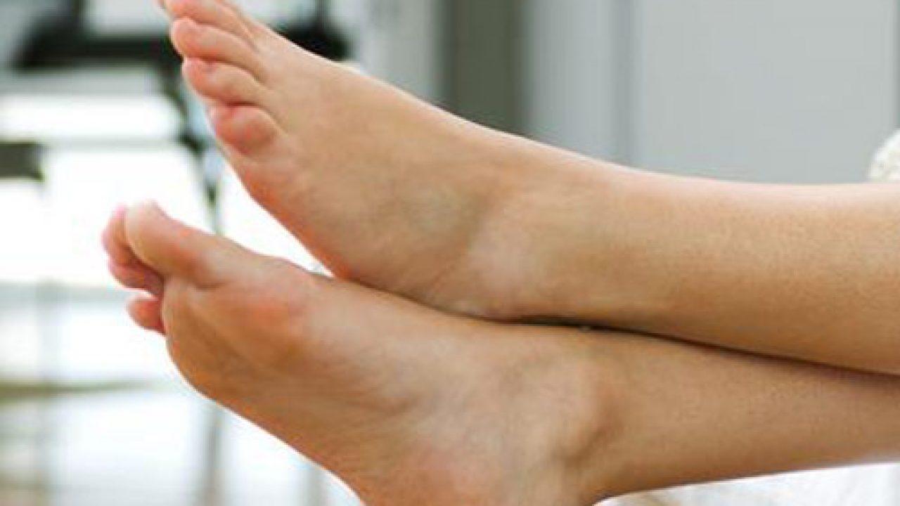 minzione frequente alle caviglie gonfie